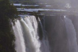 Клифф-дайверы тренируются у водопада Виктория