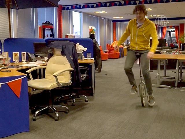 Британская компания сделала из офиса цирк