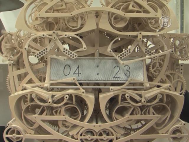 Японец создал механические часы, пишущие время