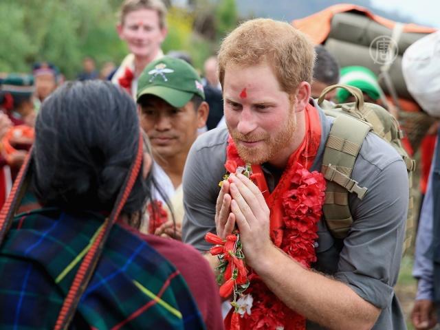 Принц Гарри станцевал с непальцами в Гималаях