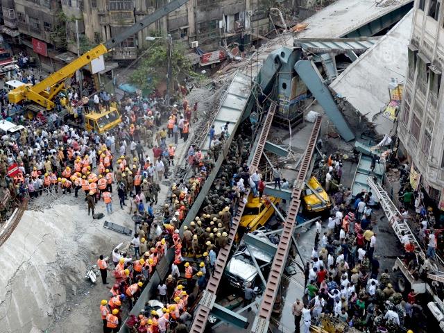 Обрушение эстакады в Индии: жертв уже 23