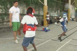Бразильские школьники знакомятся с фехтованием