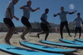 Беженцев в Австралии приобщают к сёрфингу