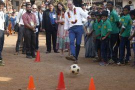 Уильям и Кейт сыграли в футбол с детьми из трущоб