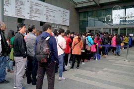 Китайцы месяцами добиваются визита к врачу