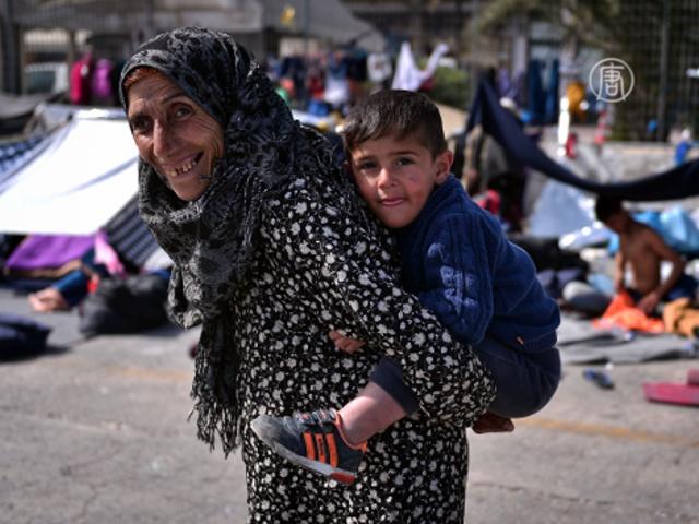 Греция перед приездом туристов переселяет беженцев