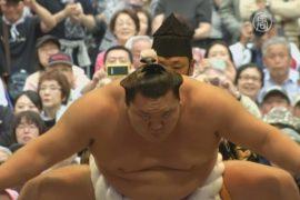 Борцы сумо встретились на турнире в Токио