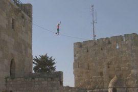 Американка ходила по канату между древними башнями