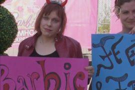 Открытие дома Барби сопровождалось протестом