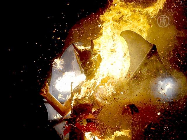 Гватемальцы предают огню бумажных дьяволов