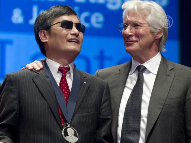 Ричард Гир наградил слепого диссидента из КНР