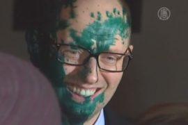 Арсения Яценюка облили зеленкой
