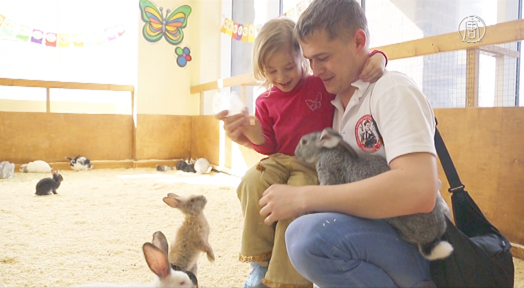 Контактный зоопарк спасает москвичей от стресса