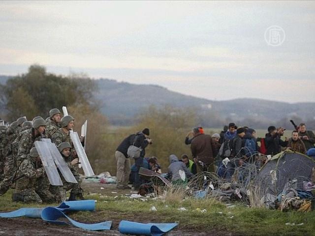 Мигранты штурмуют македонскую границу