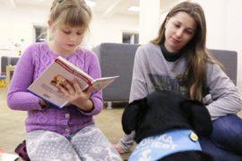 Собака помогает детям привить любовь к книгам